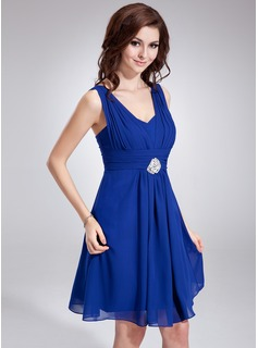 A-Line/Princess V-neck Knee-Length Chiffon Homecoming Dress With Ruffle Crystal Brooch