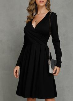 Den lilla svarta V-ringning Långa ärmar Midi Modeklänningar