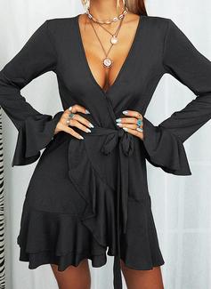 Couleur Unie Robe trapèze Manches Évasées Manches Longues Mini Petites Robes Noires Élégante Patineur Écharpe Robes tendance