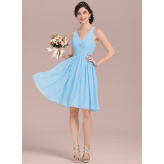 A-Line/Princess V-neck Knee-Length Chiffon Bridesmaid Dress With Ruffle (007126450)