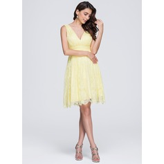 Трапеция/Принцесса V-образный Длина до колен кружева Платье Подружки Невесты с Рябь