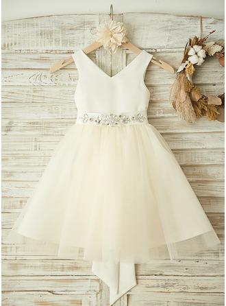 A-Linie/Princess-Linie V-Ausschnitt Knielang Tüll Kleid für junge Brautjungfern mit Perlstickerei Schleife(n)