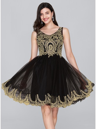 A-Line/Princess V-neck Knee-Length Tulle Homecoming Dress