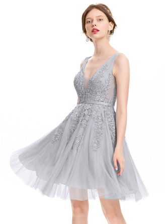 A-Line/Princess V-neck Knee-Length Tulle Homecoming Dress With Beading Sequins