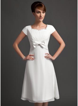 A-linjainen/Prinsessa Kullanmuru Polvipituinen Sifonki Morsiusneitojen mekko jossa Rypytys Helmikuvoinnit Rusetti