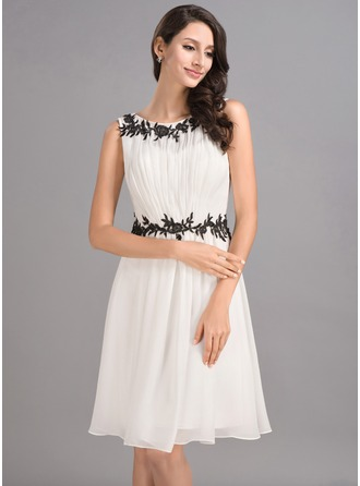 A-Line/Princess Scoop Neck Knee-Length Chiffon Homecoming Dress With Ruffle Appliques Lace