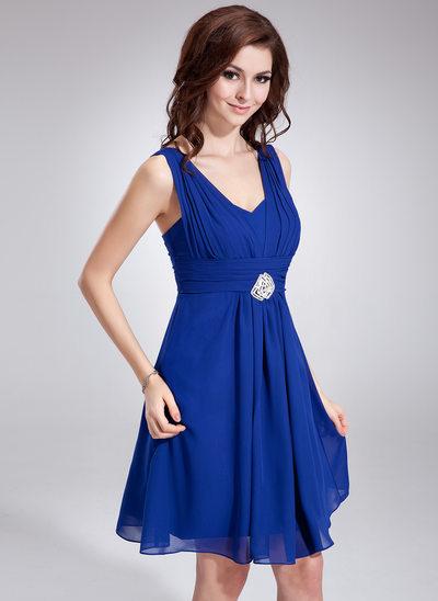 A-Line/Princess V-neck Knee-Length Chiffon Homecoming Dress With Ruffle Crystal Brooch