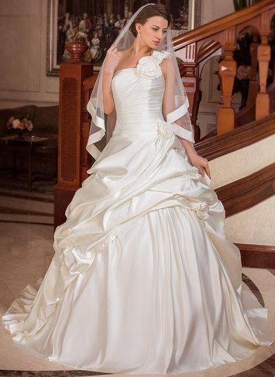 Balklänning One-Shoulder Court släp Satäng Bröllopsklänning med Rufsar Blomma (or)