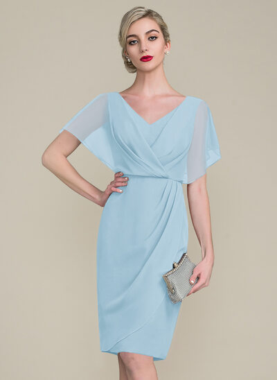 Etui-Linie V-Ausschnitt Knielang Chiffon Kleid für die Brautmutter mit Rüschen