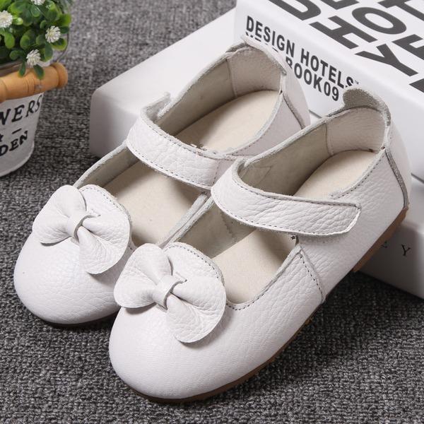 Mädchens Round Toe Geschlossene Zehe Lackleder Flache Ferse Flache Schuhe Blumenmädchen Schuhe mit Bowknot Klettverschluss